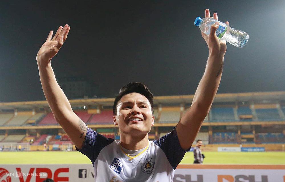 Quang Hai melambai saat para penggemar menyanyikan lagu ulang tahun mereka di tribun.  Foto: Lam Thoa