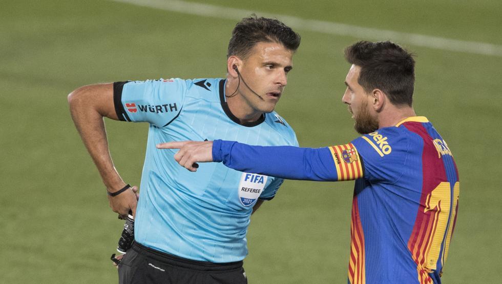 Wasit Gil Manzano menimbulkan banyak kerugian bagi Barca di laga El Clasico.  Foto: Mundo Deportivo.