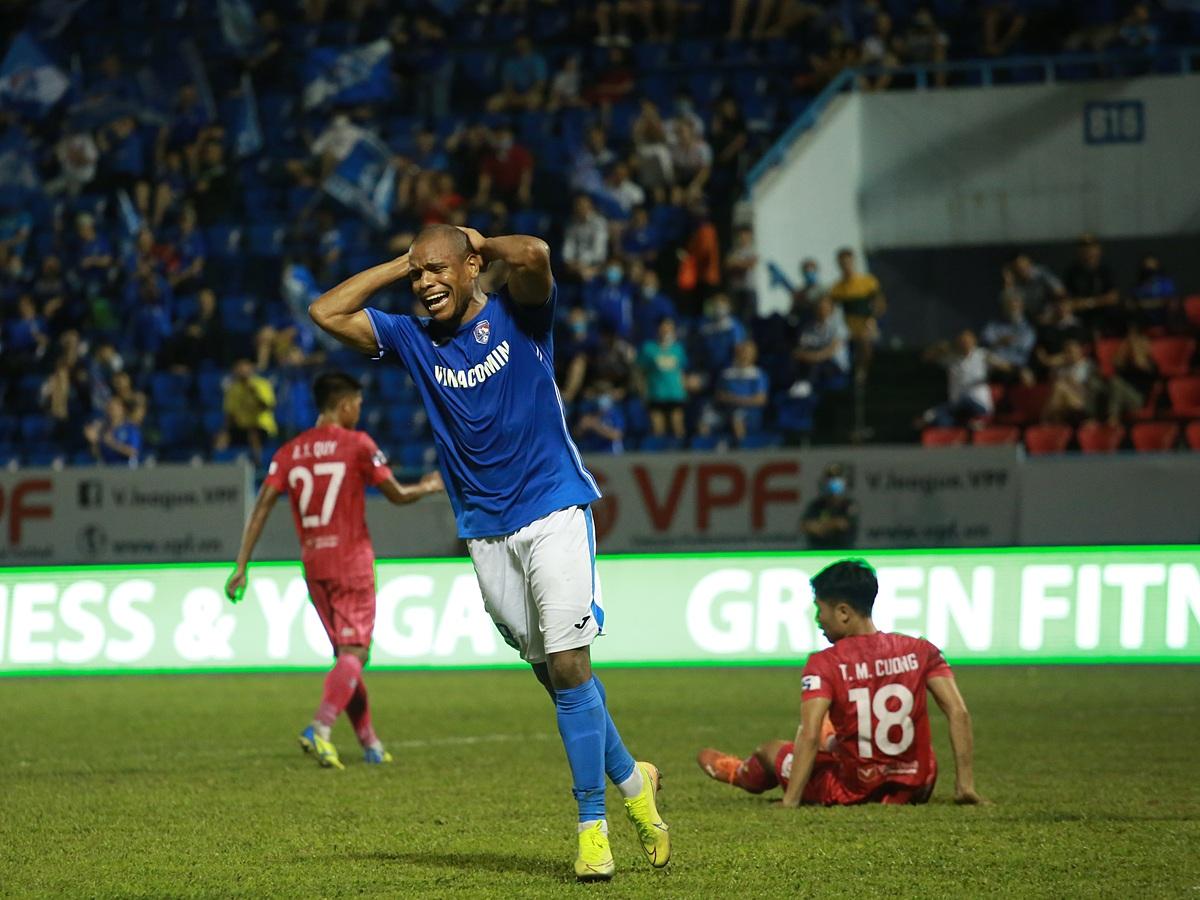 Quảng Ninh đang đứng thứ hai V-League 2021, dù các cầu thủ bị nợ lương, thưởng gần một năm qua. Ảnh: VPF.