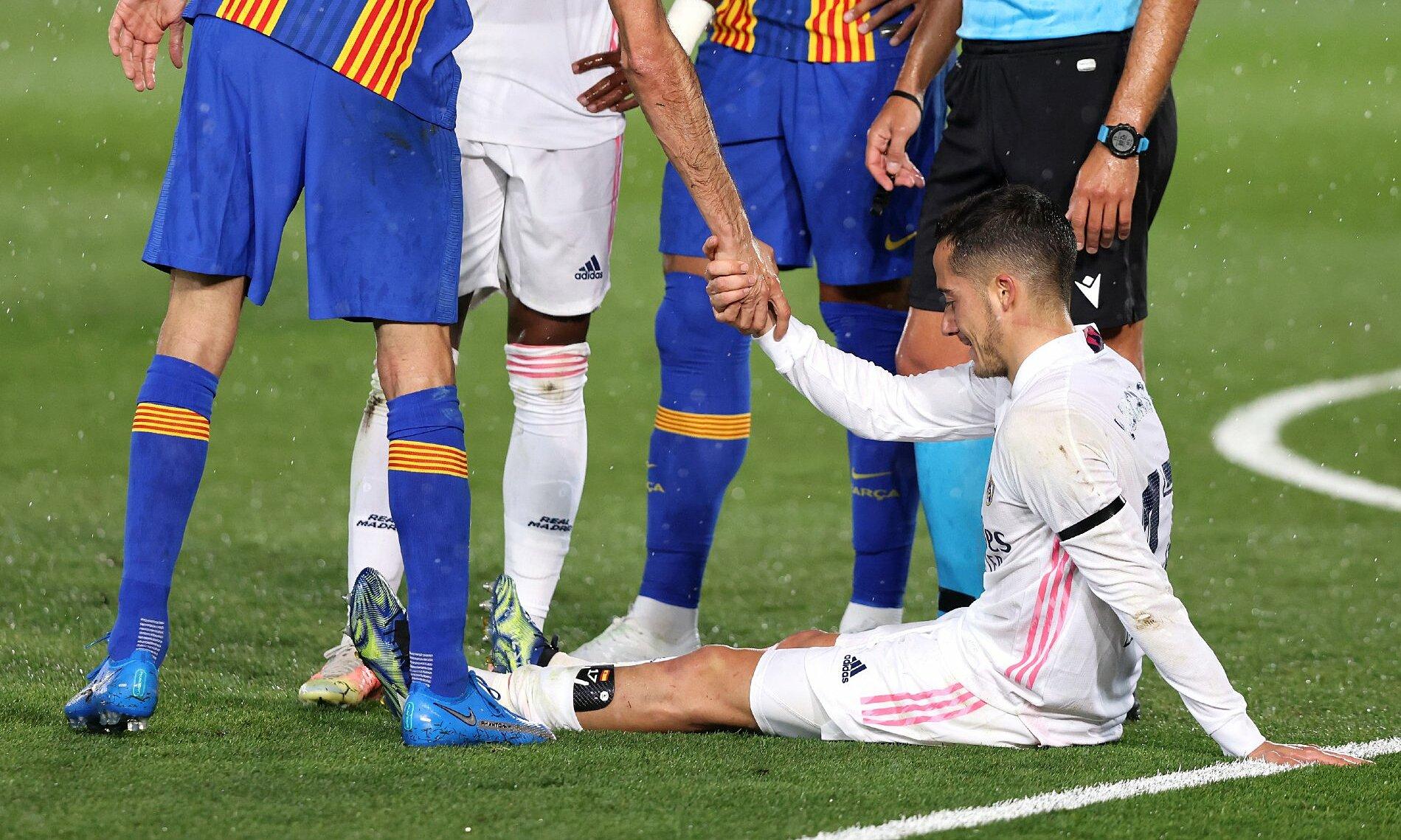 Vazquez kesakitan dan harus meninggalkan lapangan setelah menit ke-43, memenangkan Real Madrid 2-1 pada 10 April.  Foto: AFP
