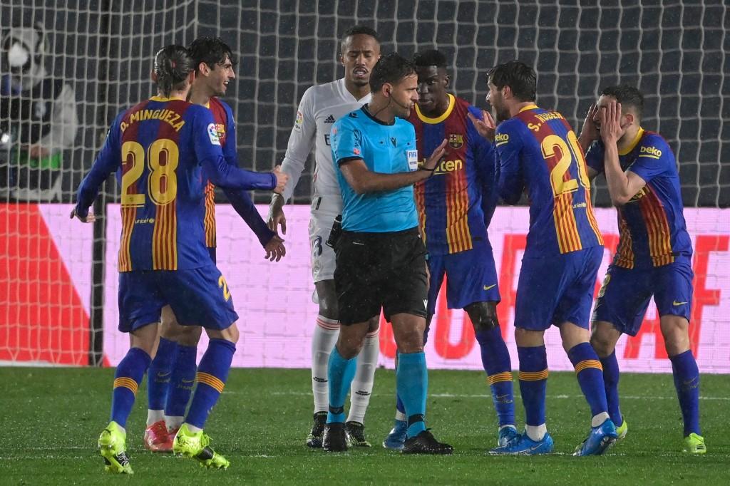 Gil Manzano membuat banyak pemain Barca marah pada laga El Clasico hingga kalah dari Real 1-2 di Di Stefano pada 10 April.  Foto: AFP