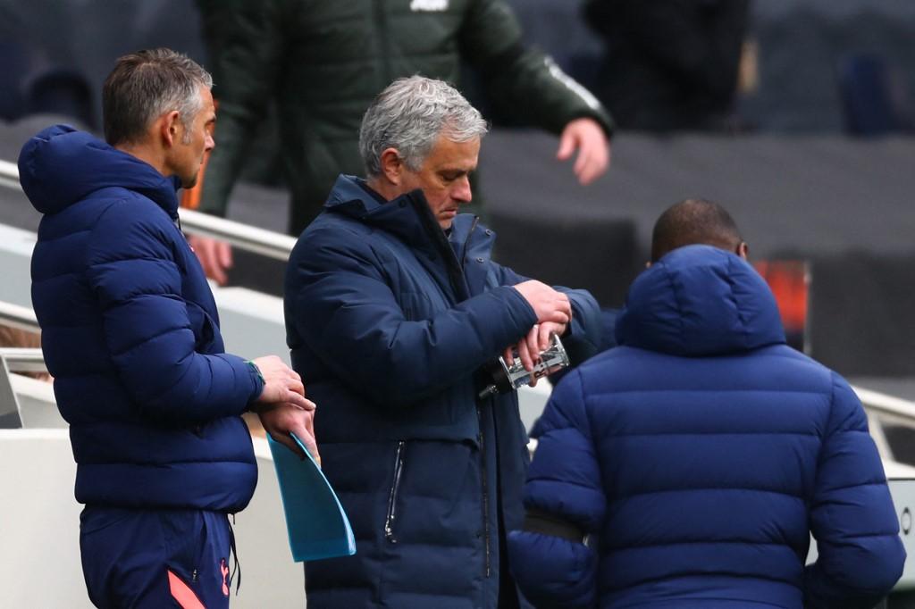 Mourinho sẽ không còn nhiều thời gian ở Tottenham nếu không giúp đội chặn đứng đà tuột dốc để trở lại top 4. Ảnh: AFP