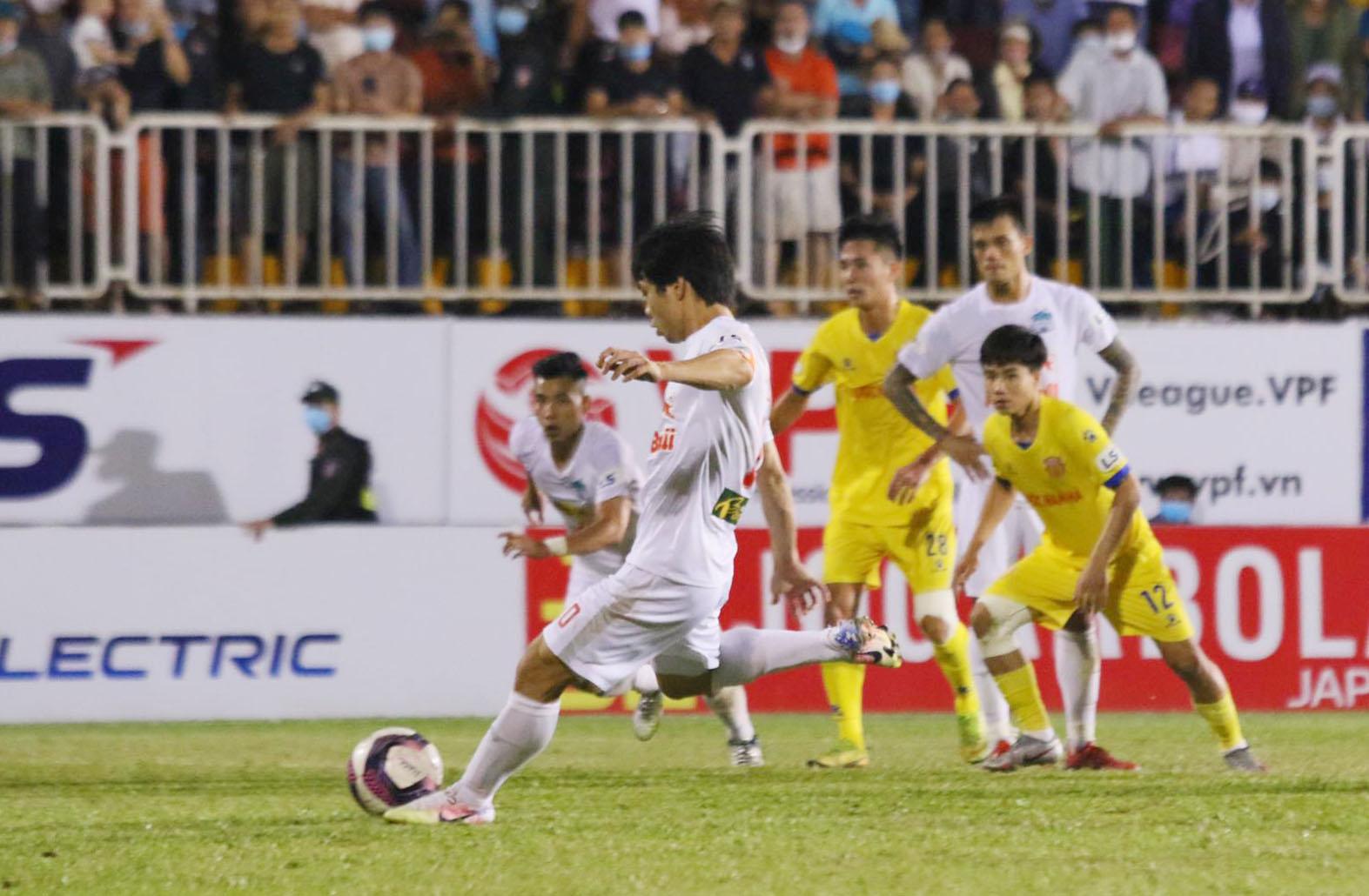 Cong Phuong ยิงจุดโทษได้สำเร็จในนาทีที่ 90 + 5 ส่งผลให้ HAGL ชนะ 4-3 อย่างน่าทึ่ง  ภาพ: Dong Huyen