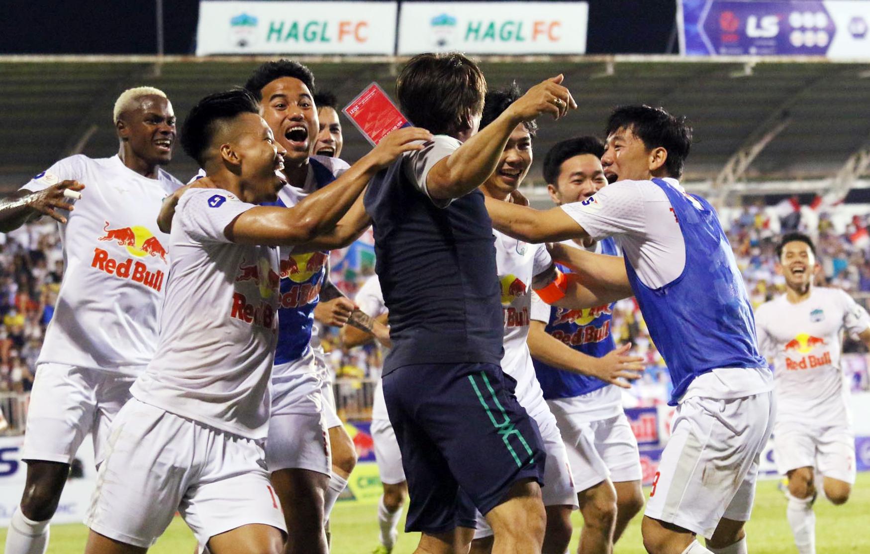 ผู้เล่นและเจ้าหน้าที่ฝึกสอนของ HAGL กอดกันเพื่อเฉลิมฉลองหลังจากชัยชนะ 4-3 ของ Cong Phuong  ภาพ: Dong Huyen