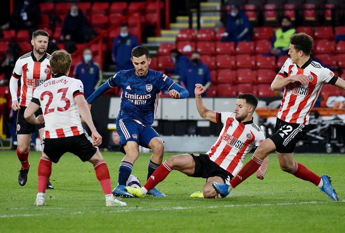 Cầu thủ Sheffield bủa vây Ceballos. Ảnh: Reuters.