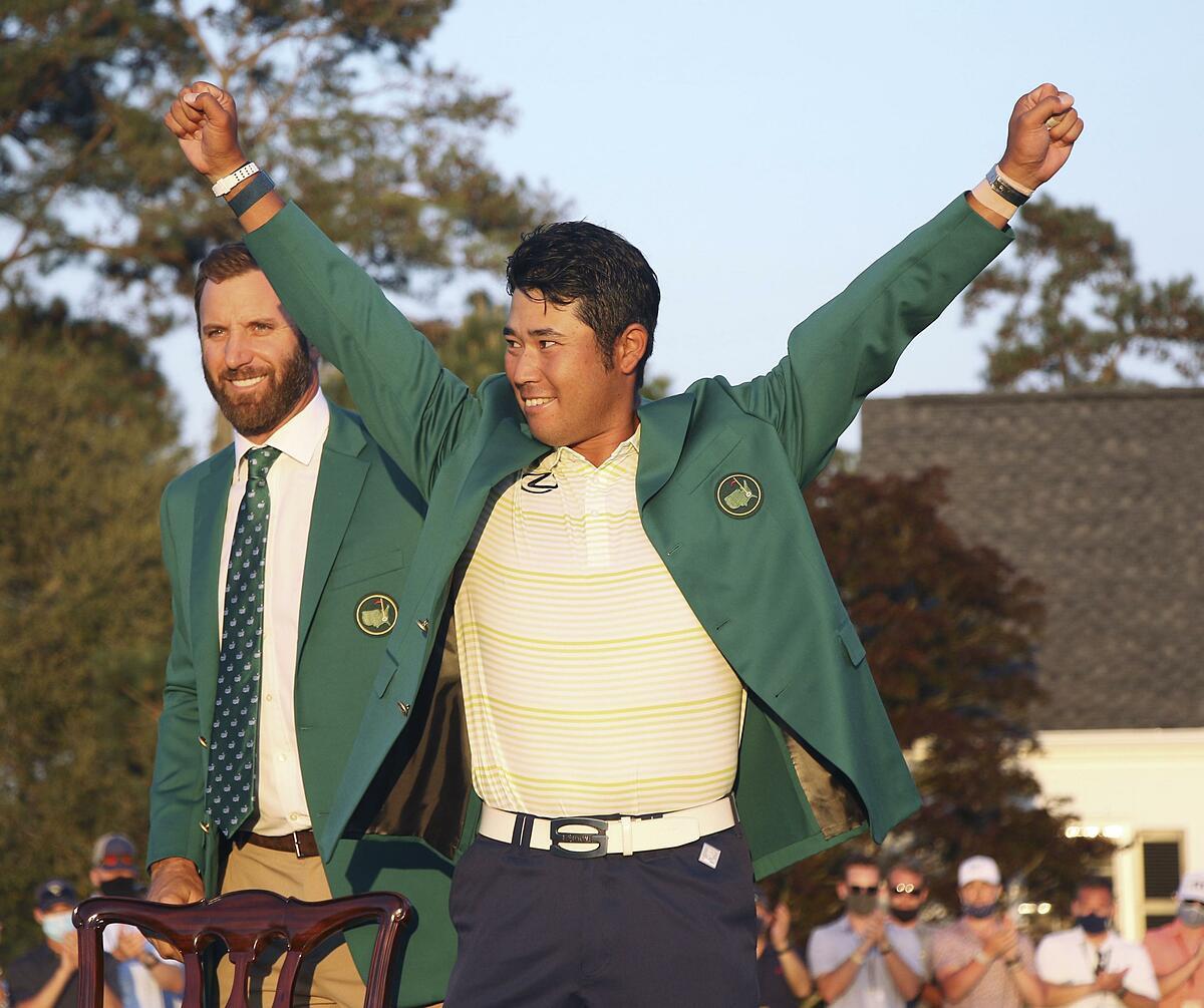 Matsuyama mặc chiếc áo xanh dành cho nhà vô địch Masters. Ảnh: Reuters.