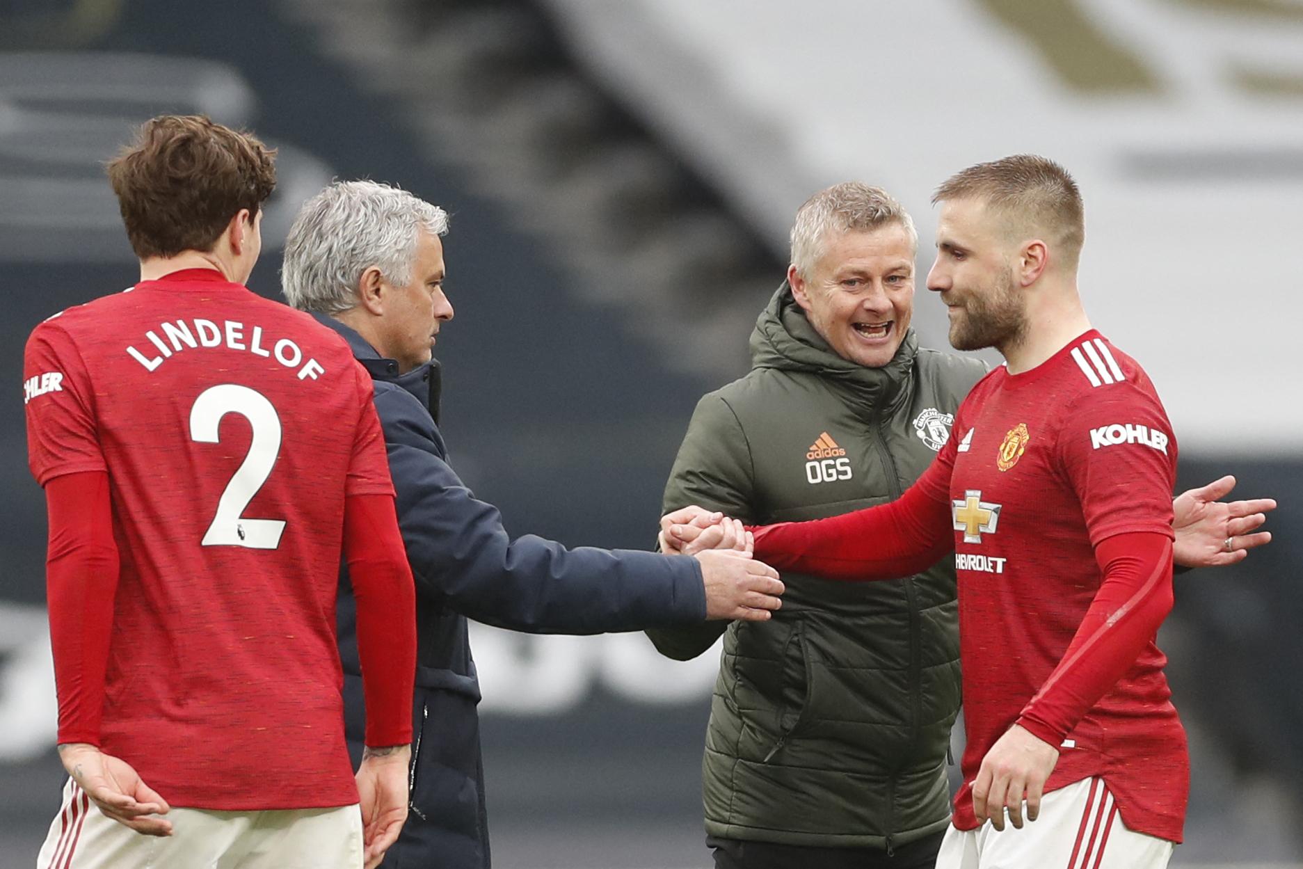 Mourinho chúc mừng học trò cũ Luke Shaw và đồng nghiệp Solskjaer sau khi Tottenham thua ngược Man Utd 1-3 trên sân nhà hôm 11/4. Ảnh: AFP