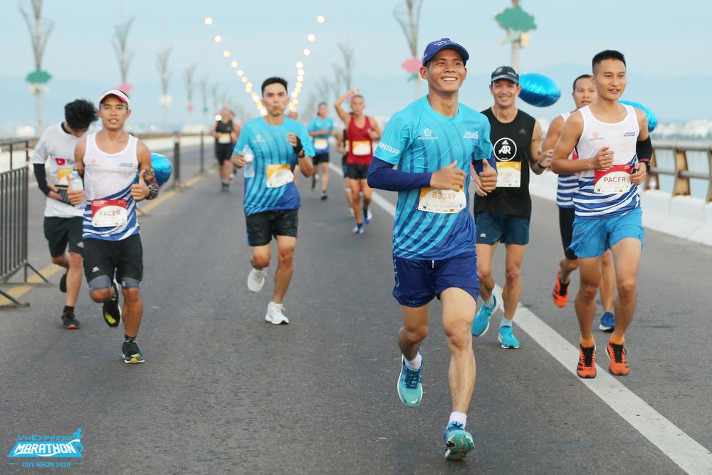 Athletes running across Thi Nai Bridge, Quy Nhon's VnExpress Marathon 2021. Photo: VnExpress Marathon.