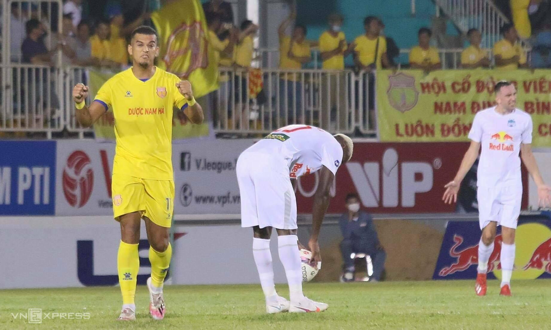Nam Dinh membalikkan keadaan, menyamakan kedudukan 3-3 setelah menjadi 0-3, tetapi masih belum bisa pergi dengan satu poin.  Foto: Dong Huyen