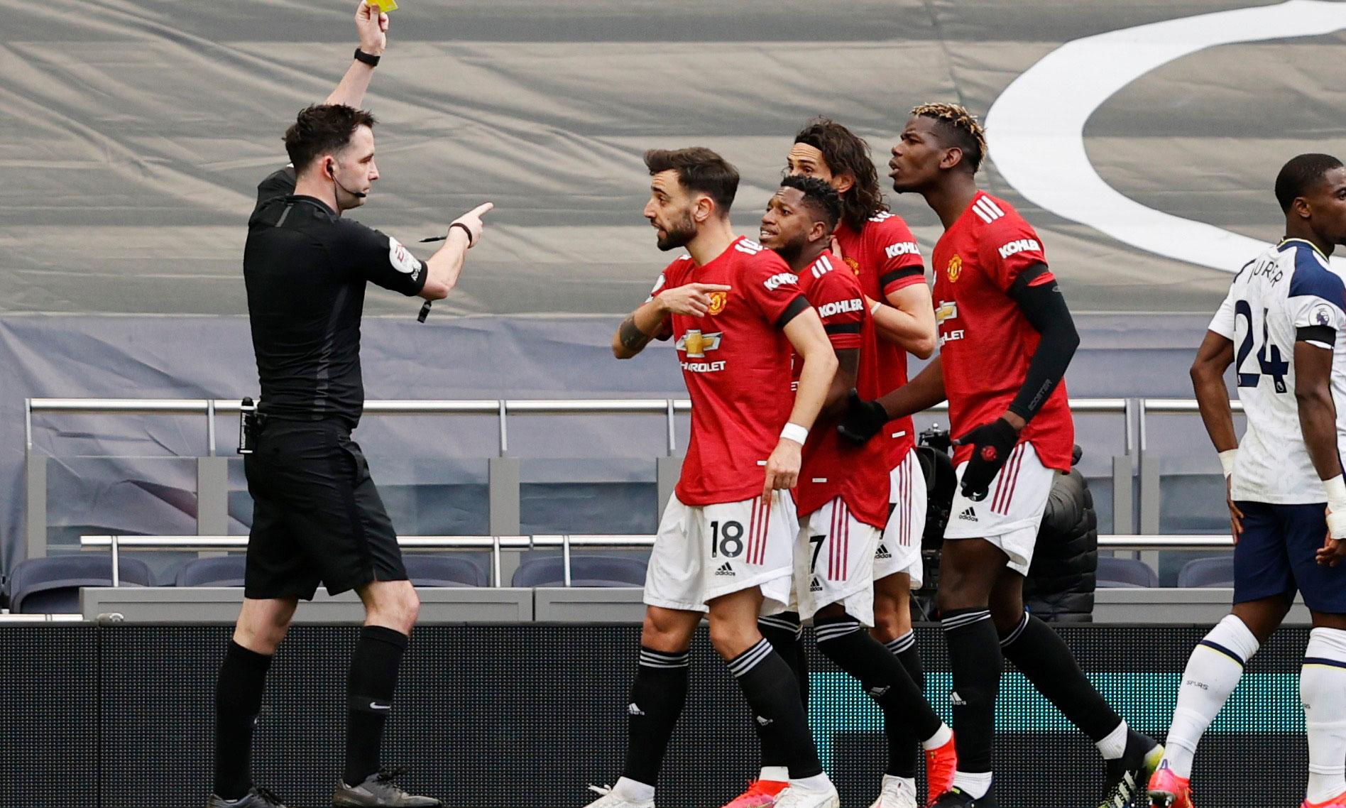 Cầu thủ Man Utd phản đối sau khi trọng tài từ chối bàn thắng của Cavani. Ảnh: Reuters.