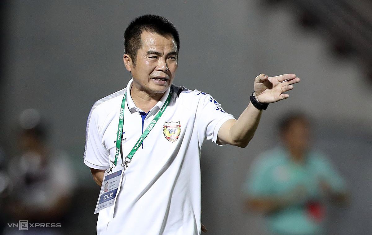 ผิดหวังกับผลงานที่ย่ำแย่ของทหารต่างชาติโค้ช Pham Minh Duc วางแผนที่จะใช้เฉพาะผู้เล่นในประเทศในอนาคต  ภาพ: Duc Dong