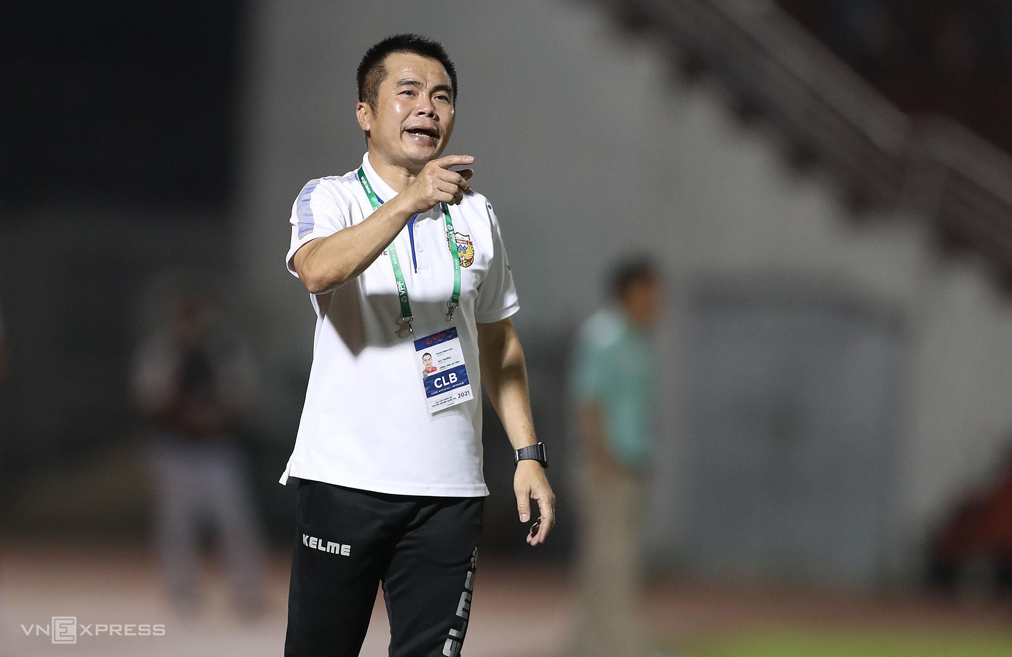 โค้ช Pham Minh Duc กล่าวอำลา Hong Linh Ha Tinh หลังจากการแข่งขันที่ย่ำแย่มาหลายนัด  ภาพ: Duc Dong