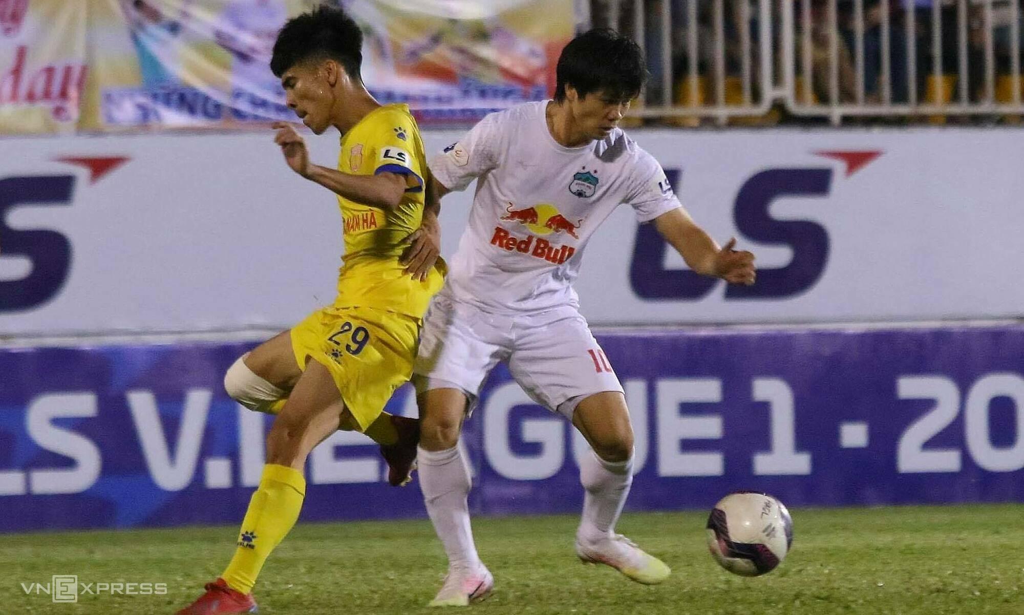 Cong Phuong (kanan) mencetak dua gol untuk HAGL untuk pertama kalinya sejak 2018. Foto: Dong Huyen
