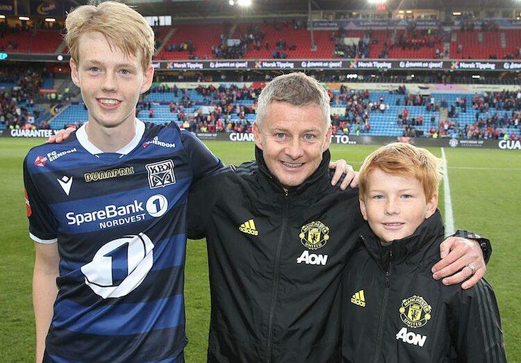 Noah Solskjaer cùng bố và em trai chụp ảnh kỷ niệm tại sân Old Trafford vào năm 2019. Ảnh: Man Utd.