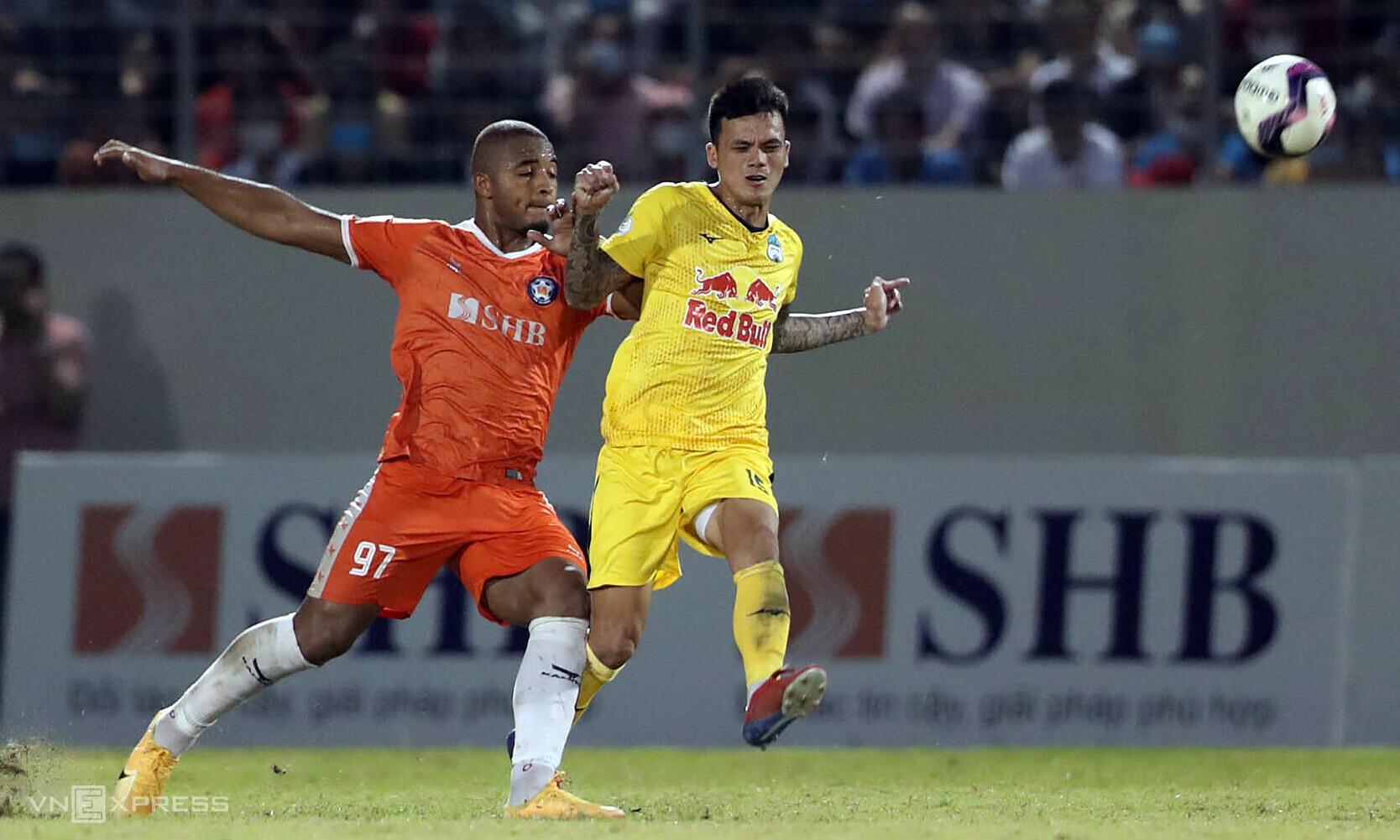 Huu Tuan (ขวา) เล่นได้ดีขึ้นหลังจากรอบแรกของ V-League ผิดพลาด  ภาพ: Duc Dong