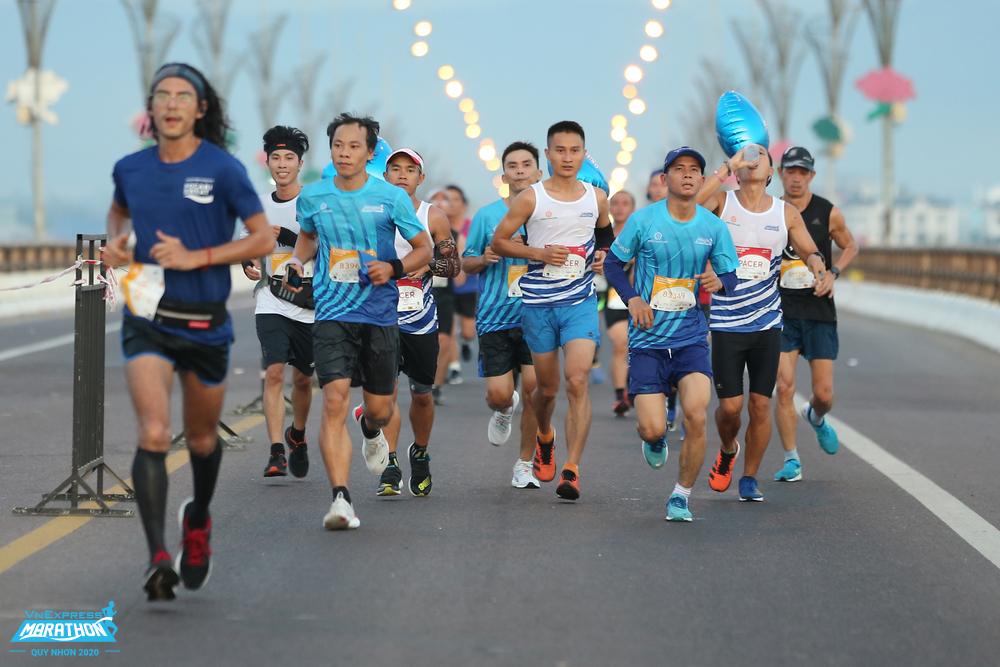 Runner runs through Thi Nai Bridge at VM Quy Nhon 2020. Photo: VnExpress Marathon