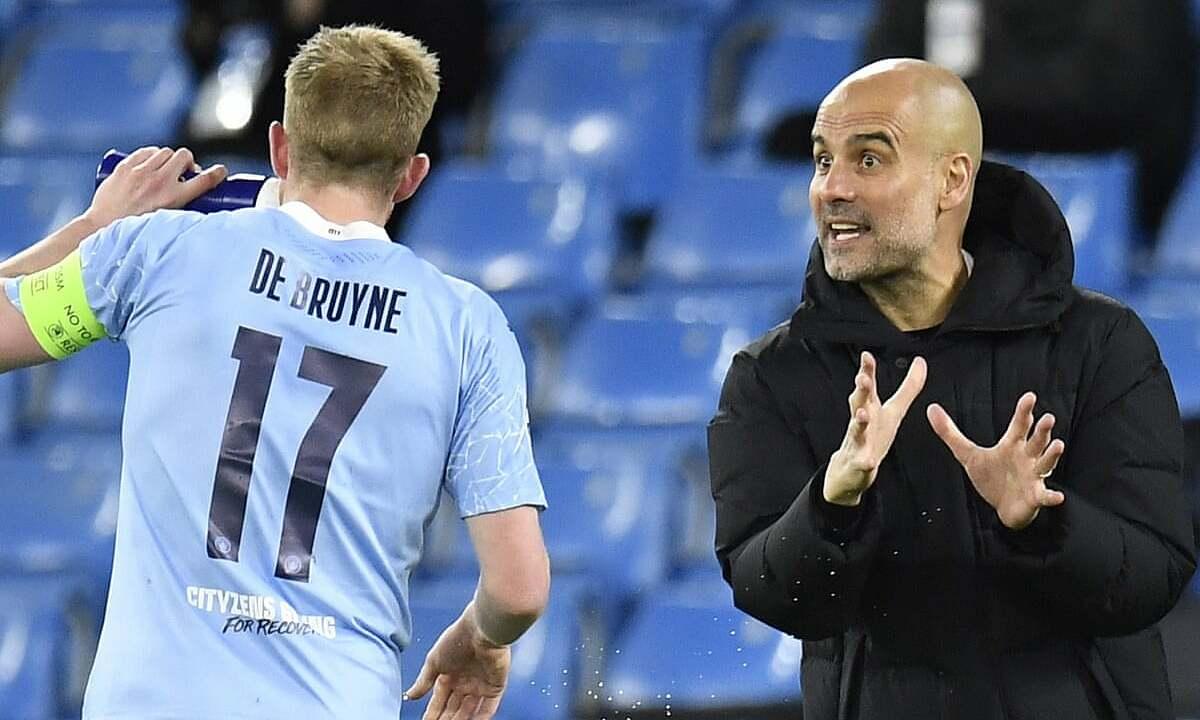 Guardiola chỉ đạo De Bruyne trong trận Man City hạ Dortmund 2-1 trên sân Etihad ở lượt đi tứ kết Champions League hôm 8/3. Ảnh: EPA