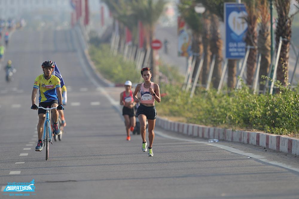 Vận động viện Phạm Thị Hồng Lệ, nhà quán quân của VM Quy Nhơn 2020 trên đường chạy. Ảnh: VnExpress Marathon.