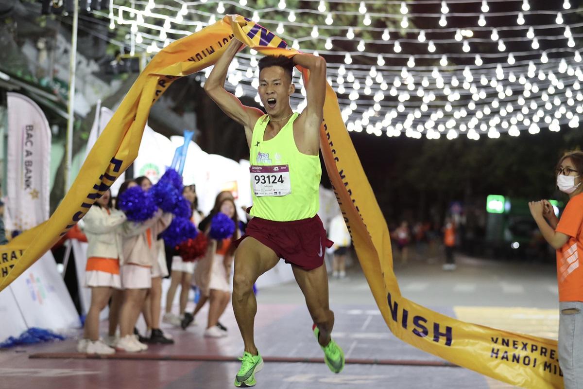 Trinh Quoc Luong finished first at VnExpress Marathon Hanoi Midnight 2020. Photo: VnExpress Marathon.
