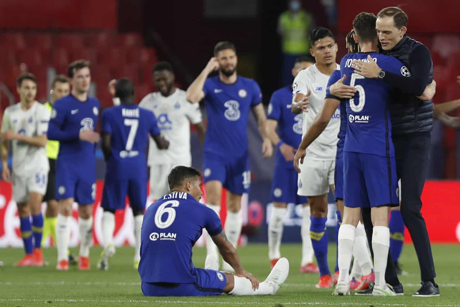 Tuchel chia vui với các cầu thủ Chelsea sau tiếng còi tan trận. Đây là năm thứ hai liên tiếp HLV người Đức vào bán kết Champions League, sau khi đưa PSG vào chung kết năm ngoái. Ảnh: AP