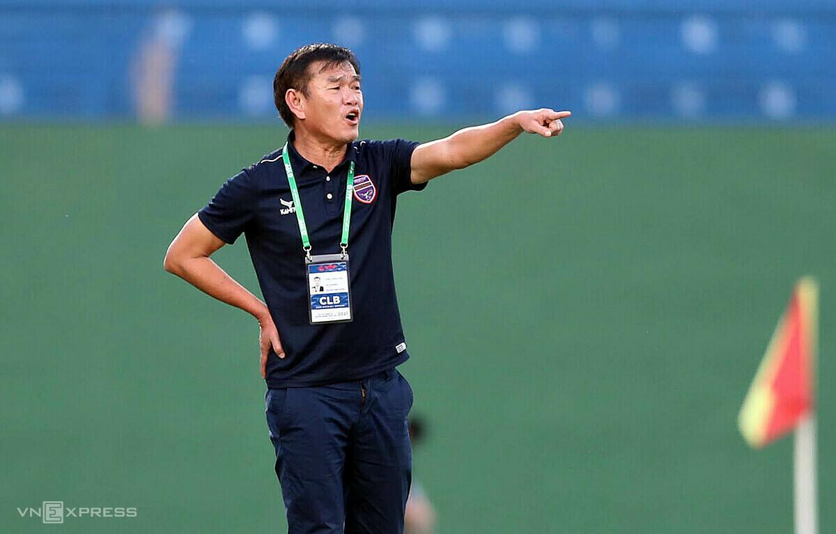 แม้ว่า Binh Duong จะไม่มีกำลังที่แข็งแกร่ง แต่โค้ช Phan Thanh Hung ก็ยังช่วยให้ทีมขึ้นไปถึงอันดับหกก่อนที่จะลาออก  ภาพ: Duc Dong