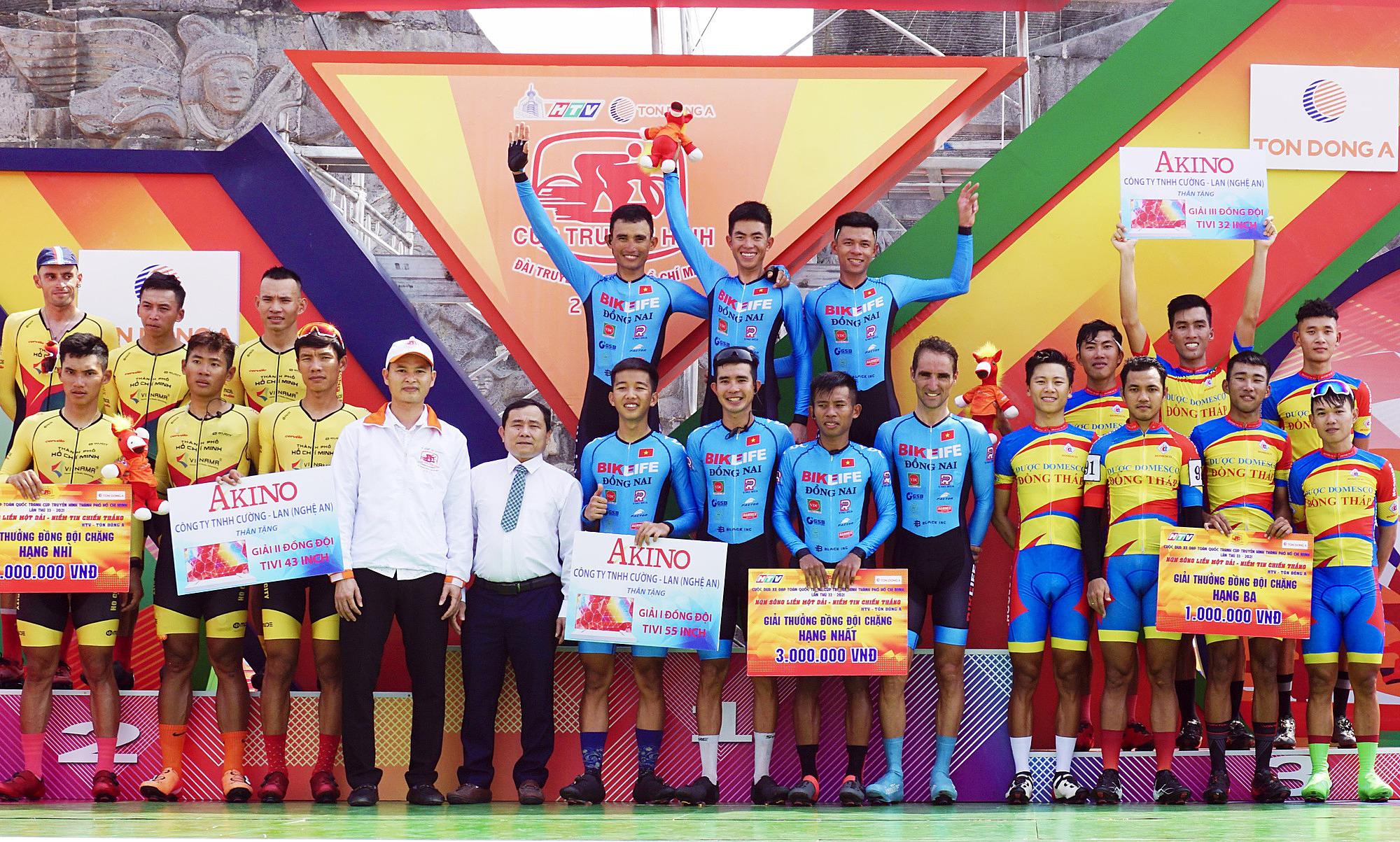 Đội Đồng Nai (giữa) lần đầu tiên soán ngôi TP HCM (trái) ở nội dung đồng đội tính giờ. Ảnh: Văn Thuận.