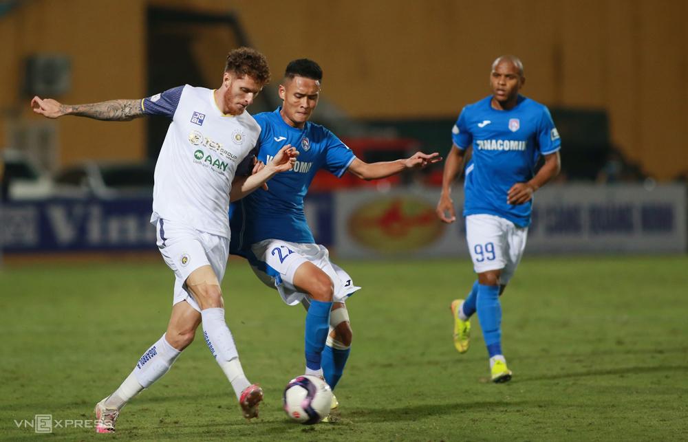 ผู้เล่น Quang Ninh (เสื้อเขียว) มั่นใจได้เตะ V-League เมื่อทยอยจ่ายหนี้