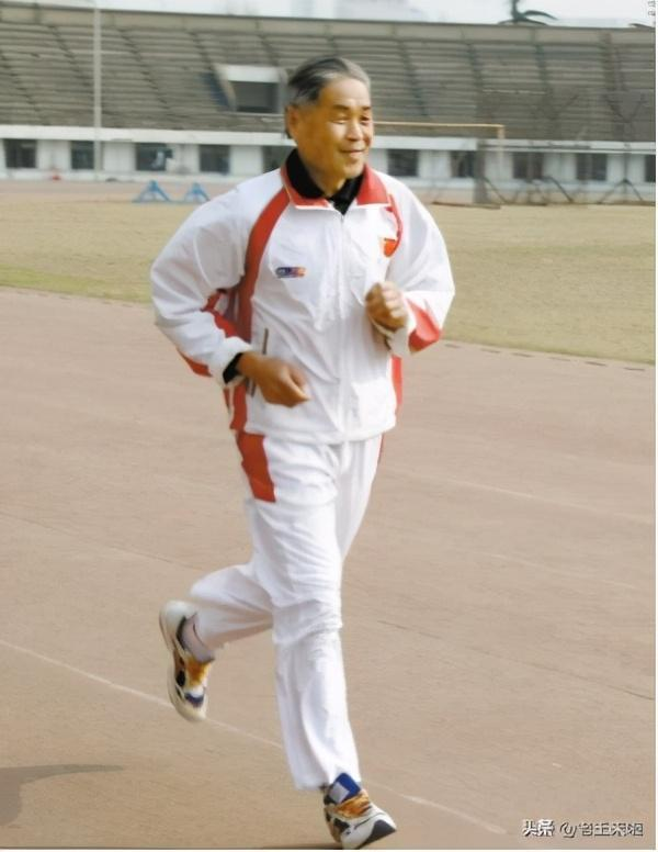 Jogging has become a part of Li Yi Ban's life.  He runs at least 5,000 meters per day for the past 60 years.  No matter how severe the weather was, he wouldn't interrupt his training.  Photo: 163.