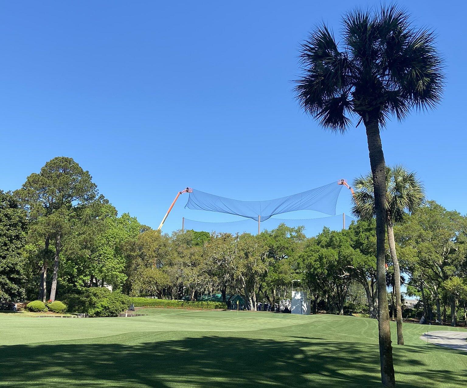 Hàng rào lưới an toàn được lắp thêm ở sân Harbour Town Golf Links, nơi đăng cai RBC Heritage tuần này. Ảnh: Twitter / imsowaivy