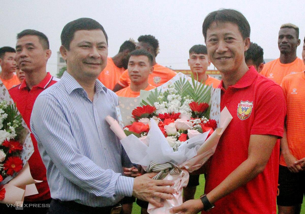 Pelatih Nguyen Thanh Cong dalam upacara pembukaan bersama tim Ha Tinh pada sore hari tanggal 15 April.  Foto: Duc Hung