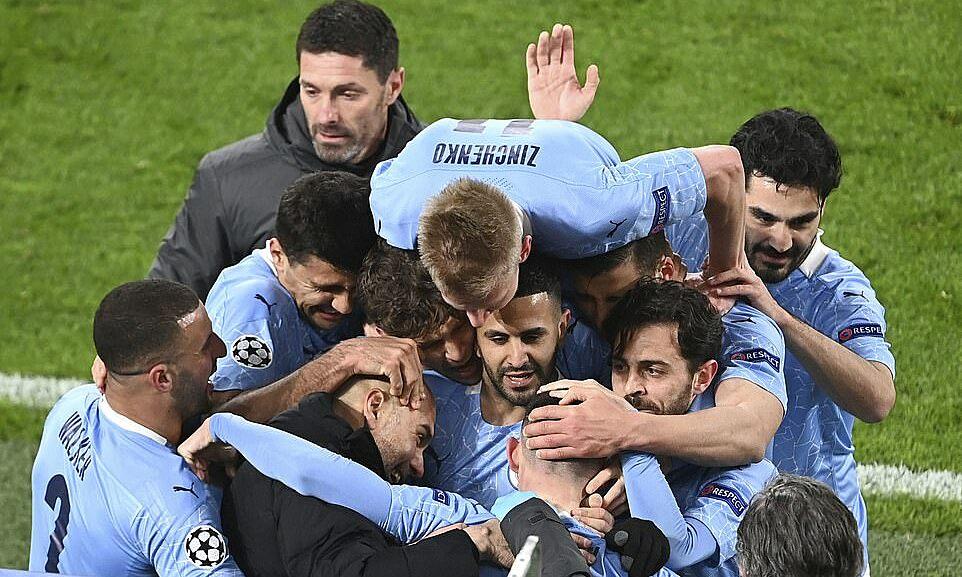 Guardiola dalam pelukan murid-muridnya usai peluit akhir leg kedua perempat final Liga Champions.  Foto: PA