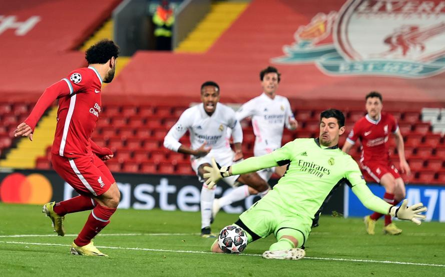 Thủ môn Courtois cứu thua cho Real trong pha đối mặt Salah. Ảnh: EFE.