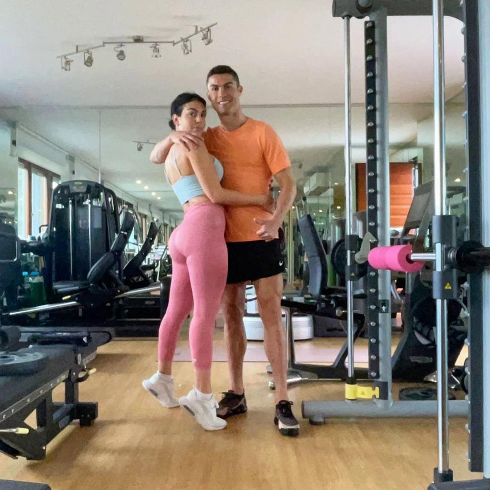 Ronaldo và Georgina khoe dáng trong phòng gym của tư dinh tại Torino, Italy.