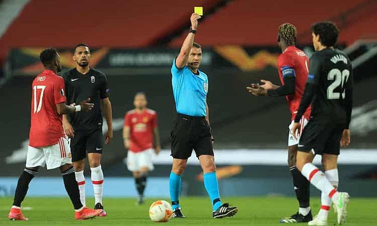 Pogba suýt nhận thẻ đỏ vì quá nhiệt trong lần được mang băng thủ quân. Ảnh: Offside.