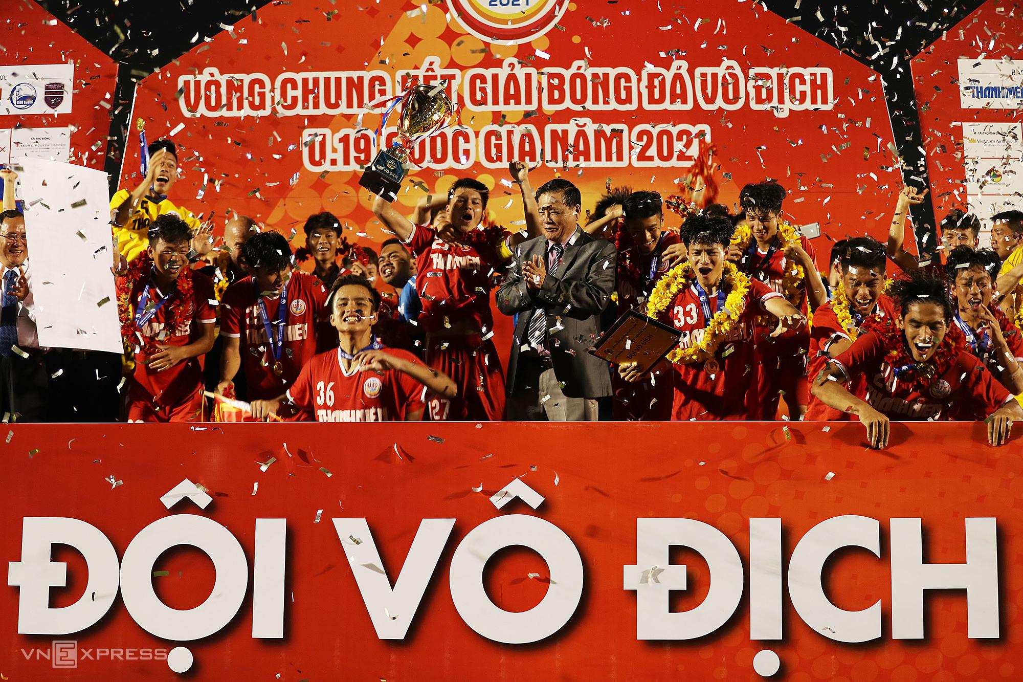 PVF sukses mempertahankan gelar juara nasional U19.  Foto: Duc Dong.