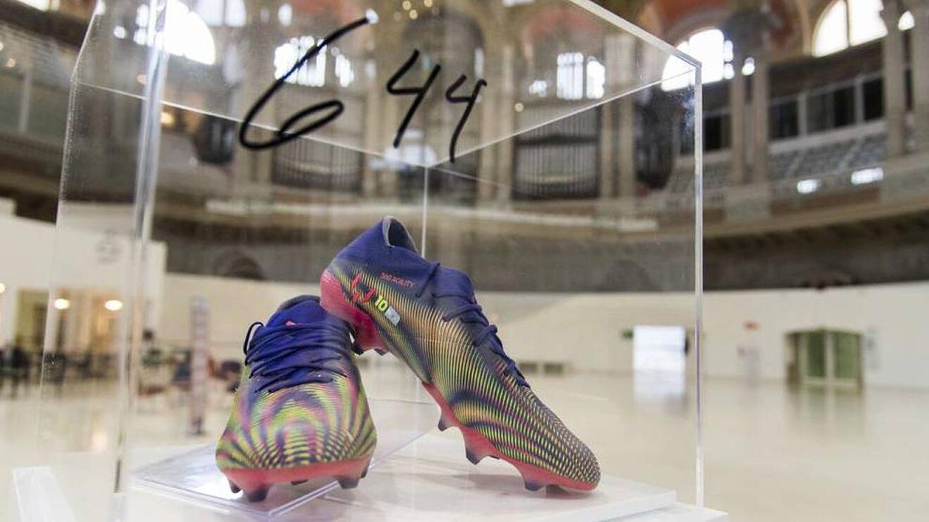 Đôi giày của Messi đang được trưng bày tại Bảo tàng Quốc gia Catalonia.