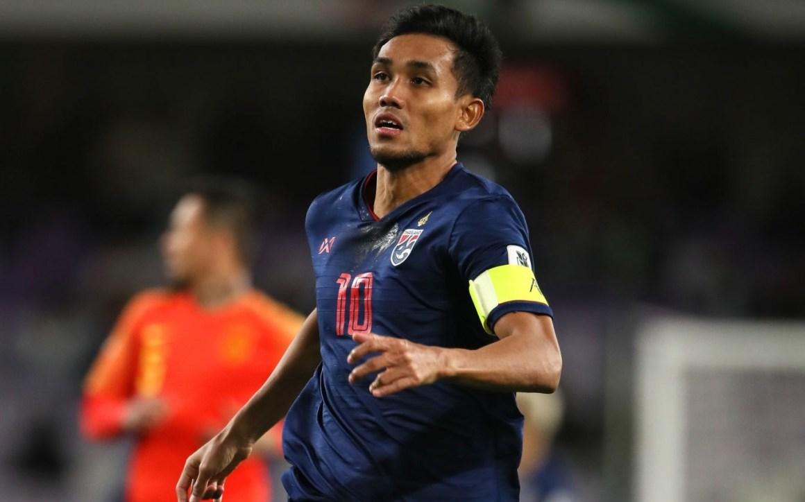 ธีรศิลป์แดงดายิงประตูในฟุตบอลโลก 2022 รอบคัดเลือกให้ไทยชนะสหรัฐอาหรับเอมิเรตส์ 2-1 เมื่อวันที่ 15 ตุลาคม 2562  ภาพ: FAT