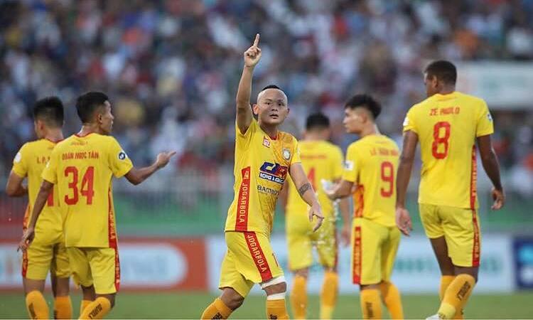 Quốc Phương chia vui sau khi ghi bàn duy nhất, mang về ba điểm cho Thanh Hoá. Ảnh: Đông Huyền.