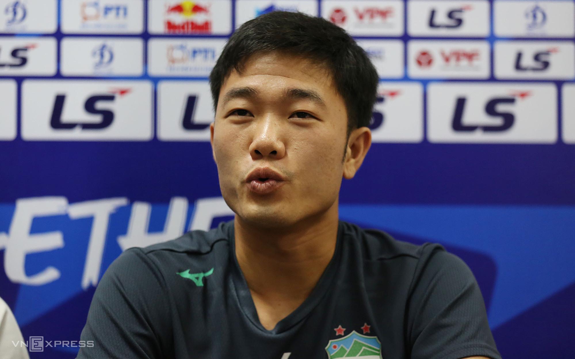 Gelandang Luong Xuan Truong berbagi cerita sebelum konfrontasi dengan klub Hanoi di putaran ke-10 V-League.  Foto: Duc Dong.