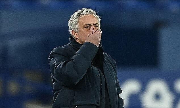 Đội của Mourinho bị trọng tài Michael Oliver thổi phạt đền lần thứ tám. Ảnh: THFC