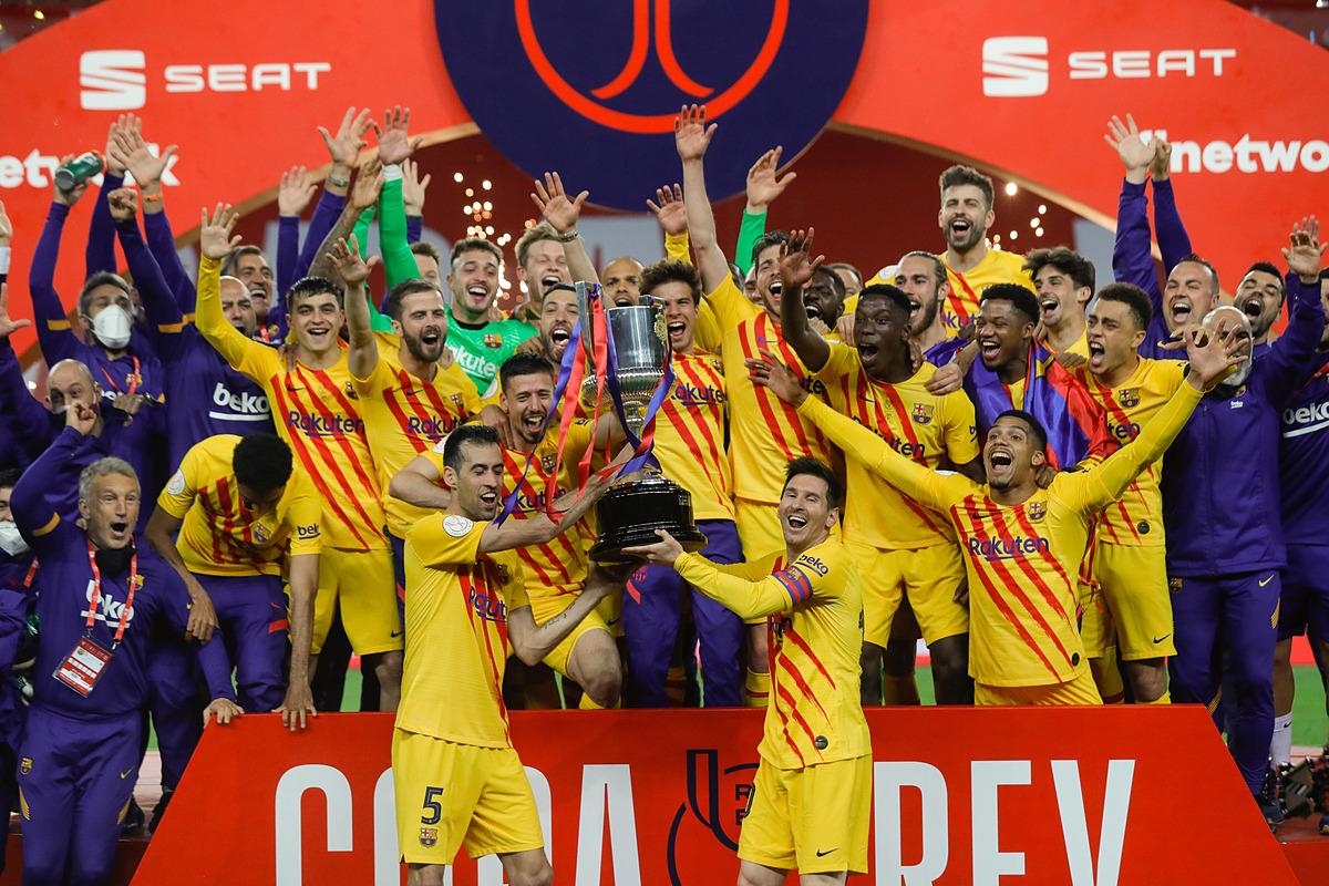 Messi dan rekan satu timnya merayakan gelar pertama musim ini.  Foto: Reuters.