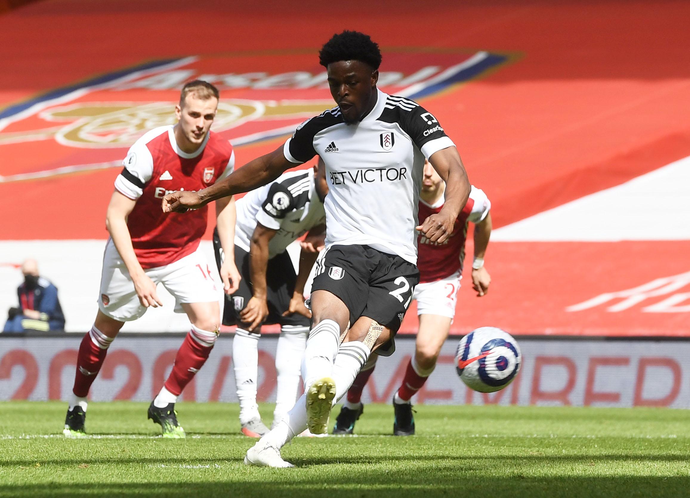 Maja ghi bàn từ chấm phạt đền cho Fulham. Ảnh: Reuters.