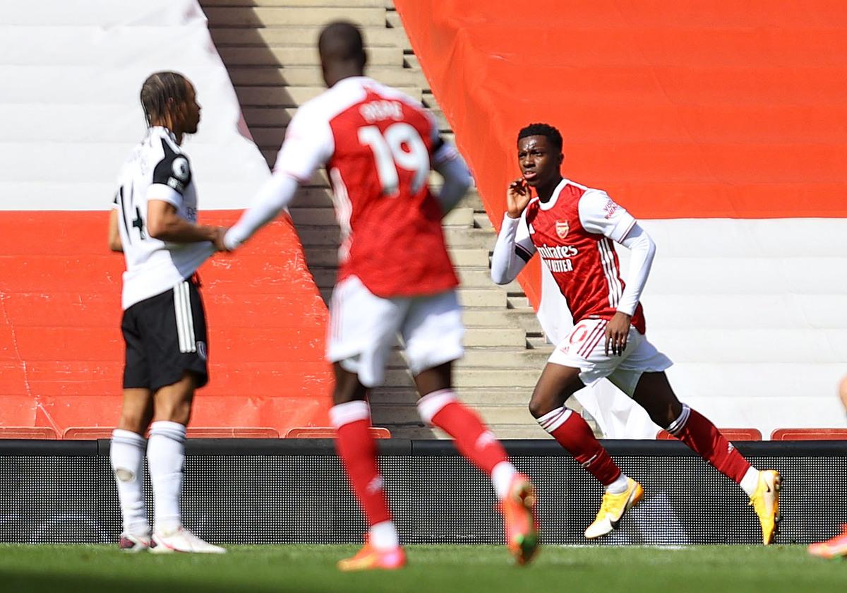 Nketiah mừng bàn gỡ hoà phút cuối cho Arsenal. Ảnh: Reuters.