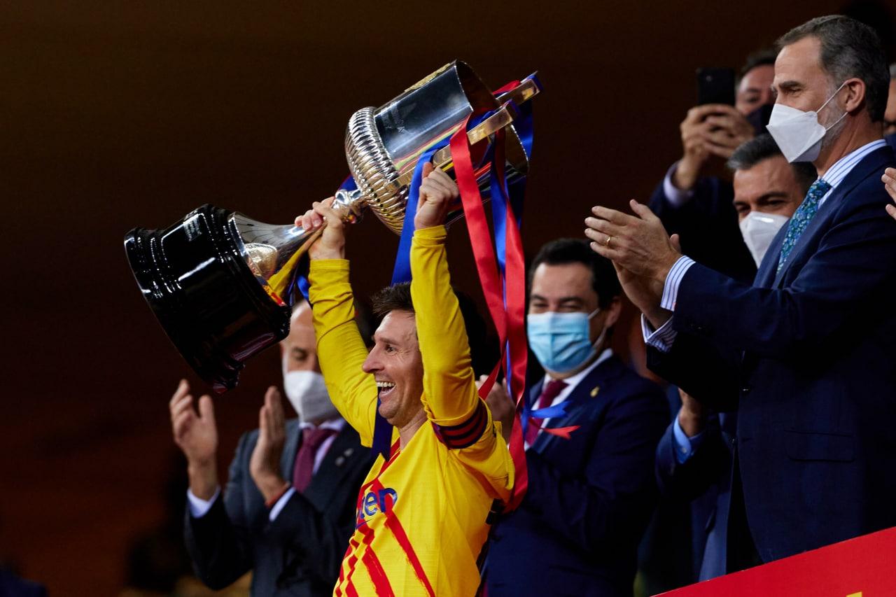 Messi lần thứ hai đoạt danh hiệu với tư cách đội trưởng Barca. Ảnh: Twitter / FC Barcelona