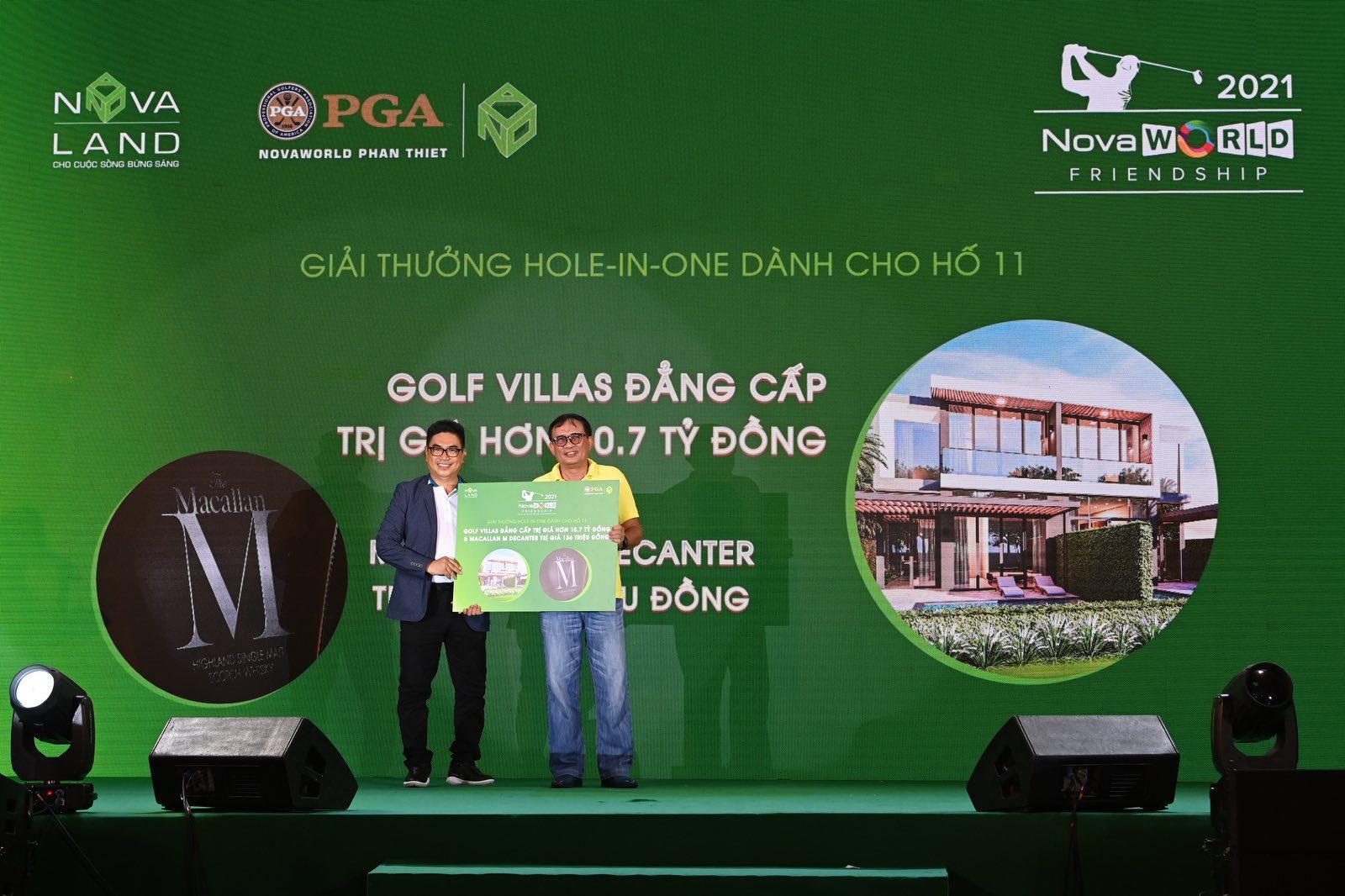 Novaland's representative gave the prize to the winner.