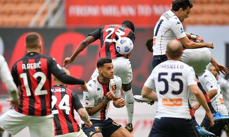Scamacca memalingkan wajahnya dari arah bola dalam situasi gol bunuh diri.  Foto: Foto Pro.