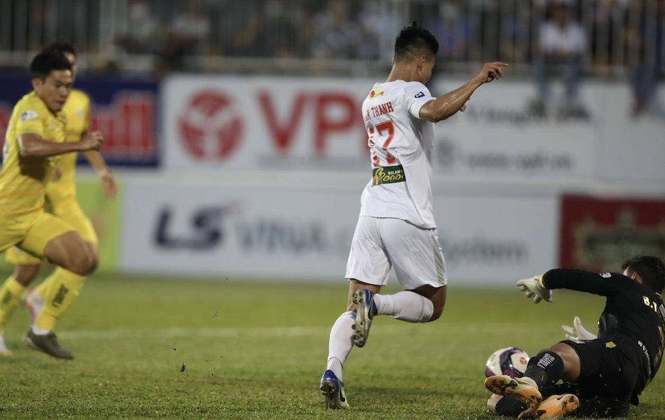 Tan Truong mencegah Van Thanh pada fase tatap muka di awal babak kedua.  Foto: Duc Dong.