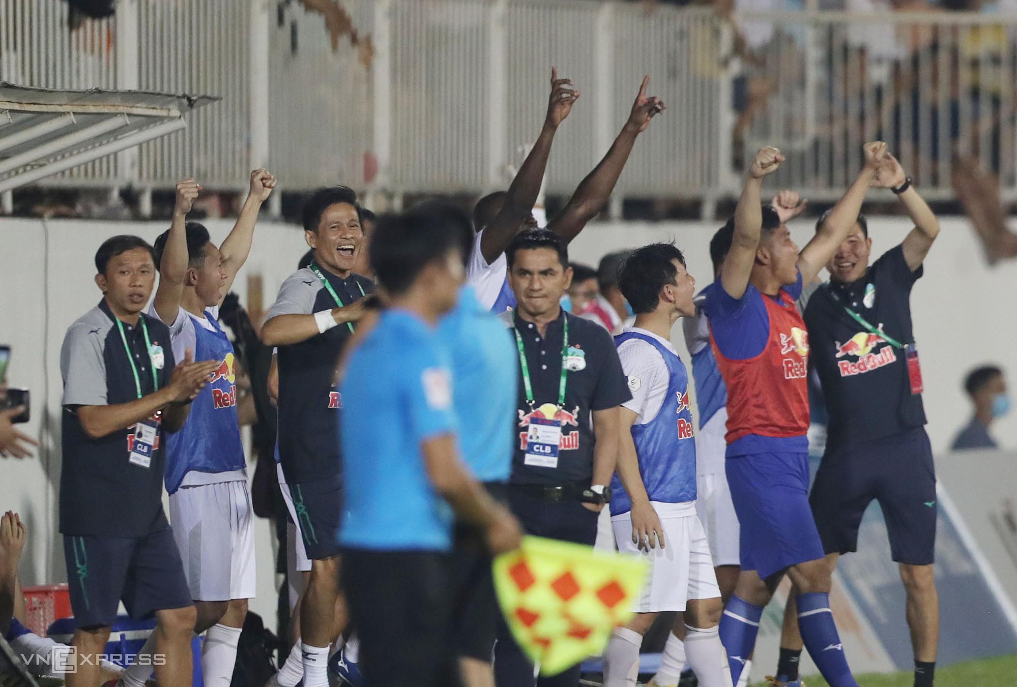 Kiatisuk (giữa) tỏ ra bình thản giữa sự phấn khích tột độ của các cộng sự trong ban huấn luyện và dàn cầu thủ dự bị HAGL trong khoảnh khắc tan trận. Ảnh: Đức Đồng