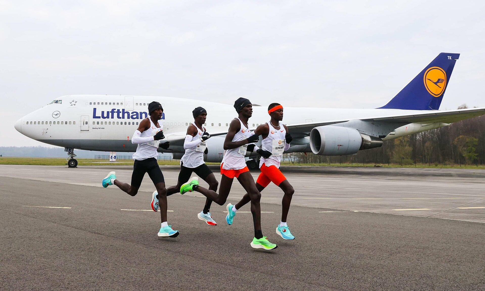 Kipchoge (thứ hai từ trái sang) trên đường chạy ở sân bay Twente Enschede hôm nay 18/4. Ảnh: NN Running Team