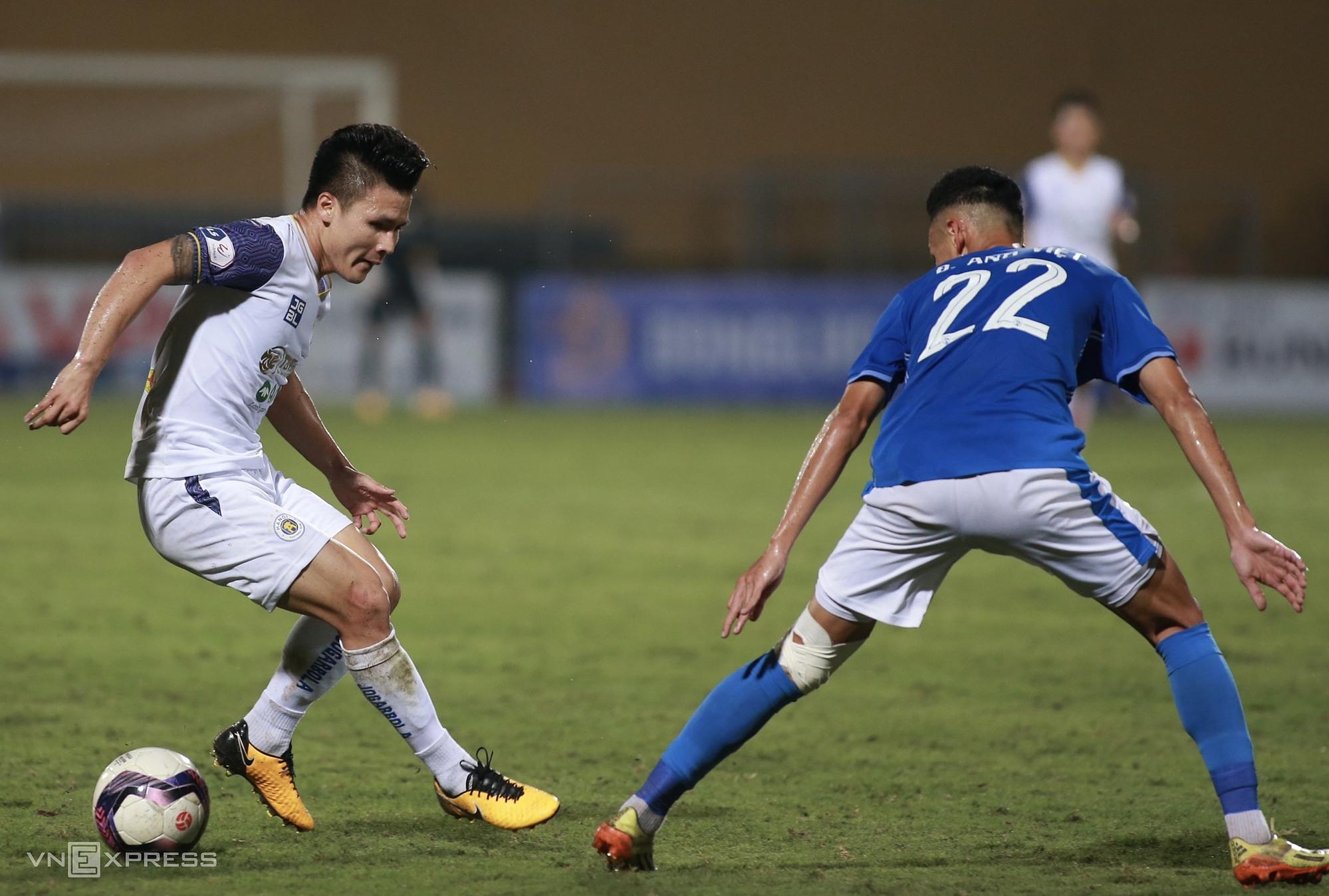 Setelah kemenangan 4-0 atas Quang Ninh, Hanoi FC (kemeja putih) Quang Hai akan memasuki seri terakhir dari empat pertandingan, fase I, kesulitan yang menjanjikan, bertemu HAGL hari ini, Binh Dinh pada 28 April, Saigon. FC pada 2 Mei dan SLNA 9/5.  Foto: Lam Thoa